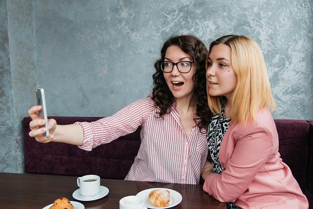 自撮りをしている二人の女性の画像