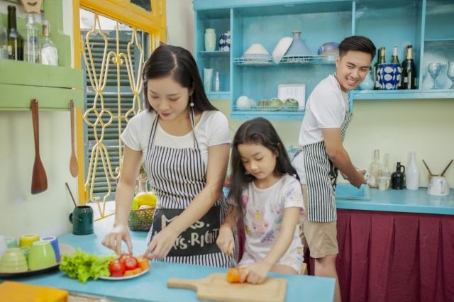料理するアジア人ファミリーの画像