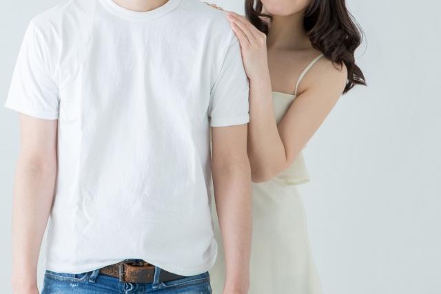白い服を着たカップルの画像