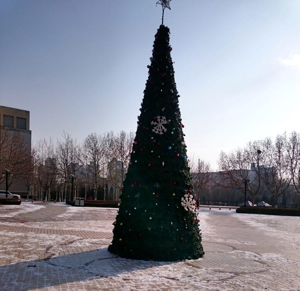 中国の大学のクリスマスツリーの画像