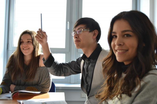 多国籍な教室の画像