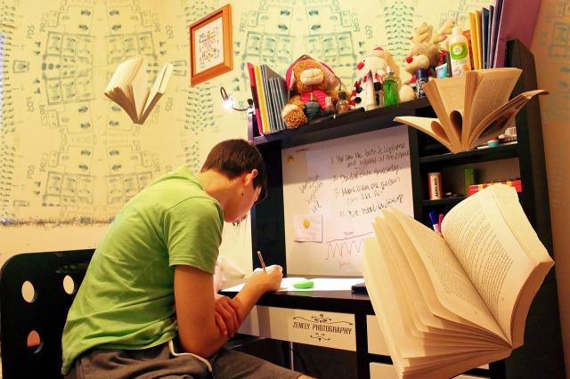 部屋で勉強する男性の画像